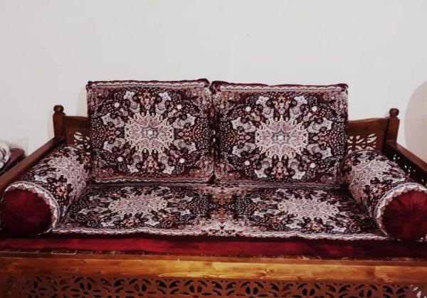 تشک قرمز برای تخت سنتی