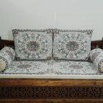 تشک نمدی و بالش سفید تخت سنتی
